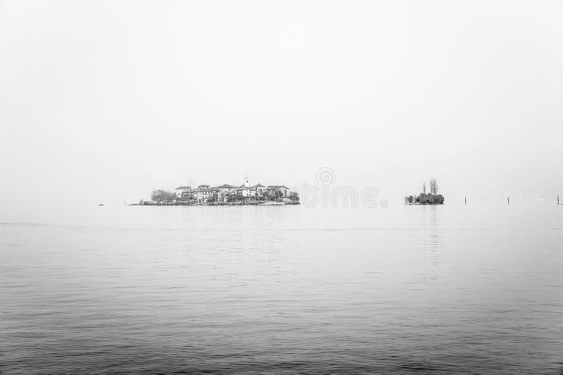 Ilha do lago Maggiore, Itália em um dia de inverno com névoa fotografia de stock