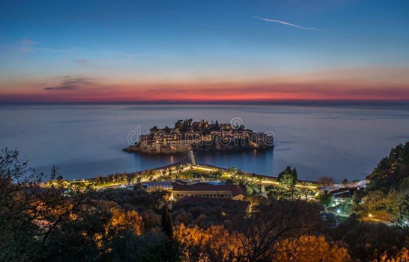 Ilha do mar do por do sol e do Sveti Stefan imagens de stock royalty free
