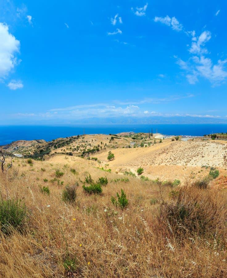 Ilha do mar e da Sicília dentro distante, subúrbios de Motta San Giovanni, Ital imagem de stock