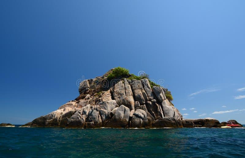 Ilha do tubarão, um ponto mergulhando e de mergulho popular Koh Tao tailândia foto de stock royalty free