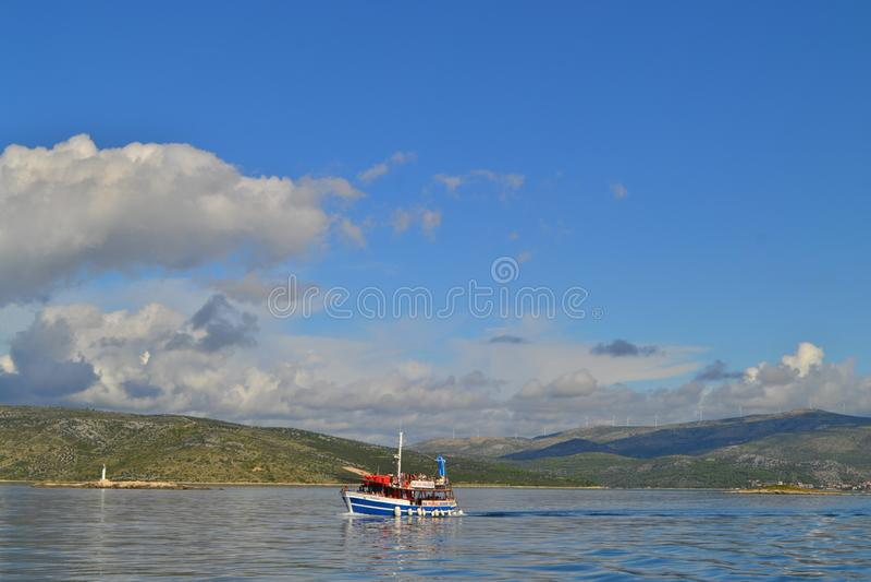 Ilha Drvenik Veli/Croácia - 13 de setembro de 2014: Um barco sightseeing nas águas calmas do mar de Mediterranian perto de Trogir fotos de stock