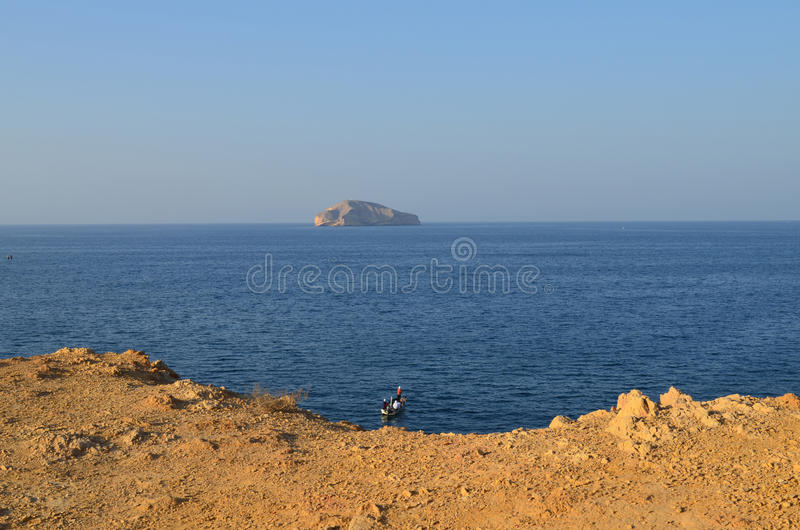 Ilha e barco da rocha foto de stock royalty free