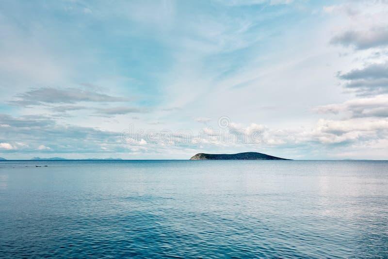 Ilha e mar azul no nascer do sol imagens de stock