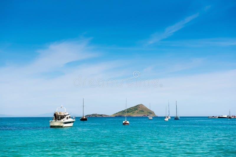 Ilha e veleiros pequenos imagens de stock royalty free