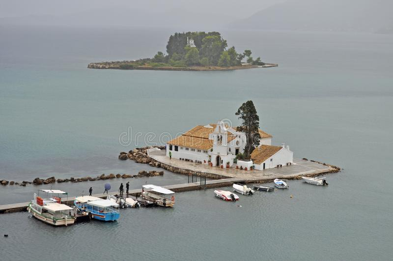 Ilha e Vlacherna de Pontikonisi foto de stock royalty free