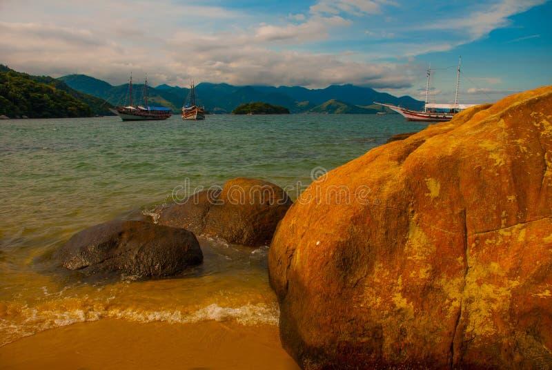 Ilha Grande: Piękna tropikalna plaża z skałami na wyspie, Rio De Janeiro stan, Brazylia zdjęcia royalty free