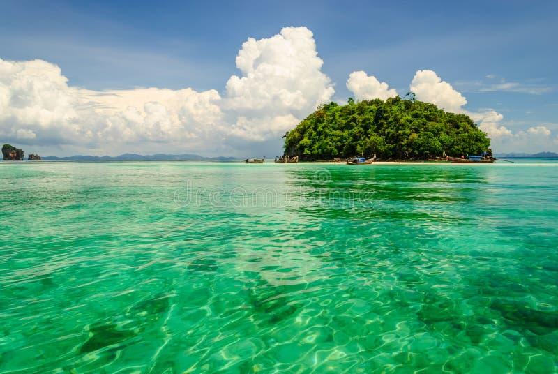 Ilha na água do verde da transparência do mar foto de stock royalty free
