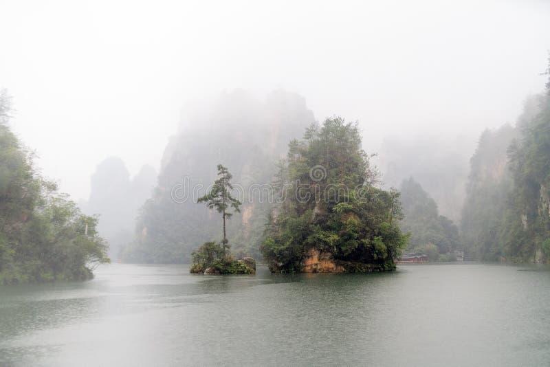 Ilha no lago Baofeng - Zhangjiajie, China imagens de stock royalty free
