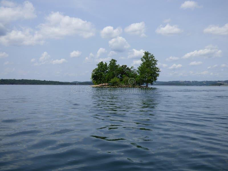 A ilha no lago rock da tabela imagens de stock royalty free