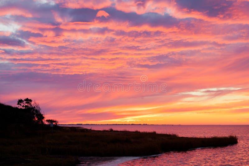 Ilha OBX NC E.U. de Hatteras do tráfego da estrada do por do sol fotografia de stock royalty free
