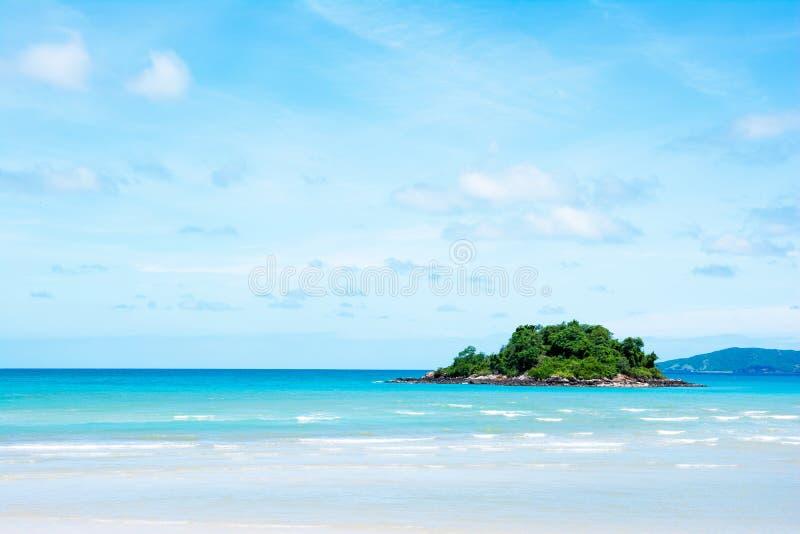 Ilha pequena bonita com fundo azul do mar e do céu imagem de stock royalty free