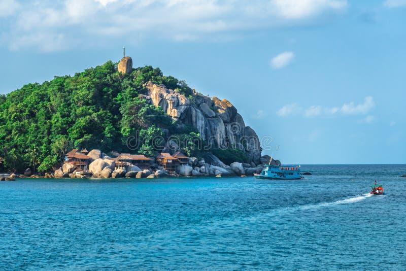Ilha pequena bonita em Tailândia, barcos que passam perto imagem de stock royalty free