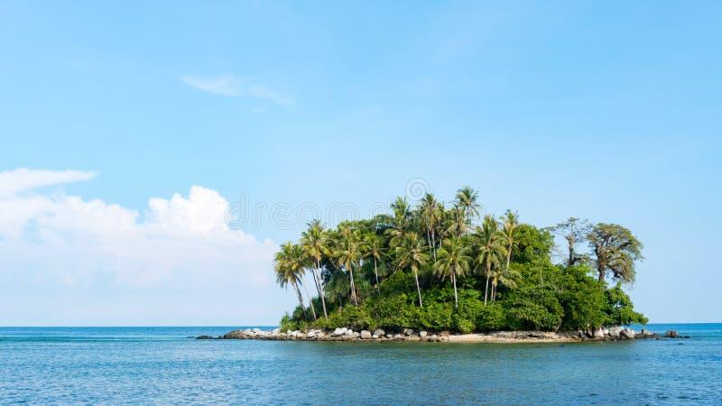 Ilha pequena na opinião bonita tropical da natureza das paisagens do mar de andaman em phuket imagem de stock
