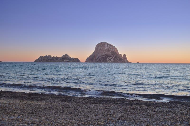 Ilha pequena perto da costa de Ibiza foto de stock royalty free