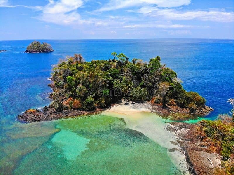 Ilha perto da costa de Panamá foto de stock