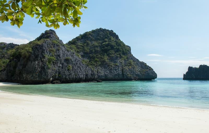 Ilha tropical com mar claro e céu azul para o curso do estilo da aventura mergulhar e de mergulho autônomo em Myanmar imagem de stock