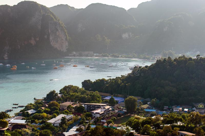Ilha tropical do fundo das f?rias do curso com a prov?ncia de Krabi Tail?ndia da ilha da Phi-phi dos recursos fotografia de stock