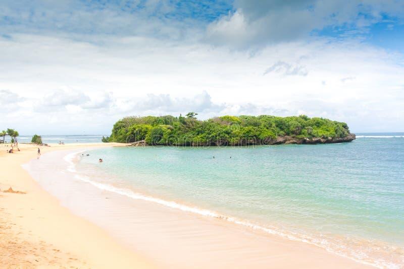 Ilha tropical inteira dentro do atol no Oceano Índico Ilha subtropical desinibido e selvagem com palmeiras Areia vazia sobre imagens de stock