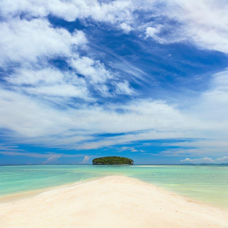 Ilha tropical real com água clara e a praia branca da areia imagens de stock royalty free