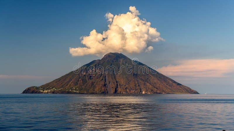 Ilha vulcânica de Stromboli em Sicília, Itália imagem de stock royalty free