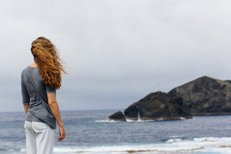 Ilha vulcânica Portugal Açores da menina e do oceano fotografia de stock royalty free