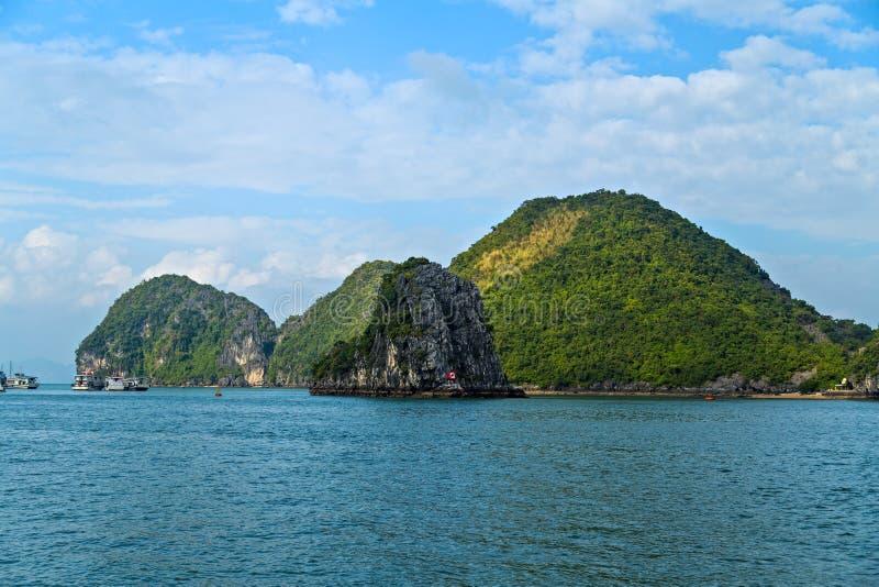 Ilhas cênicos da baía de Halong da vista panorâmica Mar Vietname do Sul da China das ilhas da rocha r imagens de stock