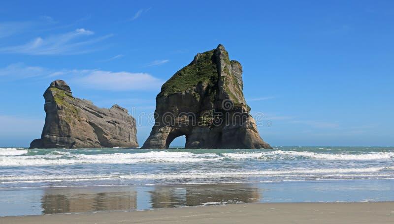 Ilhas da arcada na praia de Whararirki imagem de stock royalty free