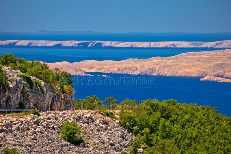 Ilhas da estrada e de deserto do beira-mar do canal de Velebit de Pag e de Rab v foto de stock