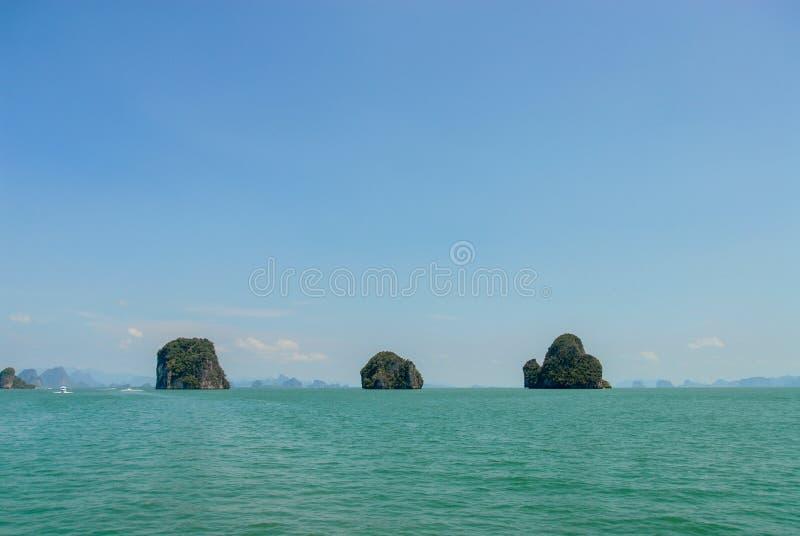 Ilhas da pedra calcária no mar em Tailândia imagens de stock royalty free