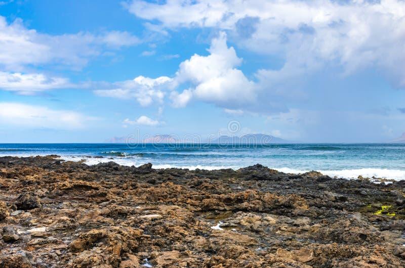 Ilhas do arquipélago de Chinijo visto das costas de Lanzarote imagem de stock