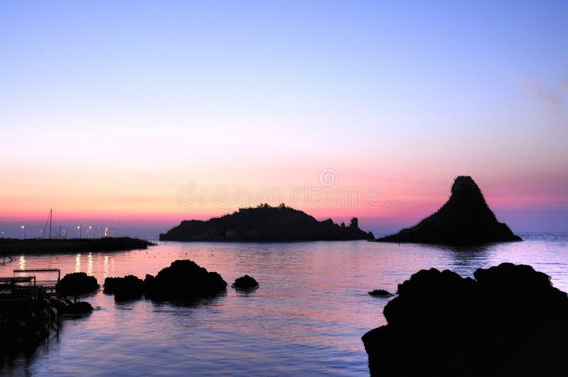 Ilhas dos Cyclops em Dawn Sicily Italy - terras comuns criativas pelo gnuckx imagens de stock royalty free