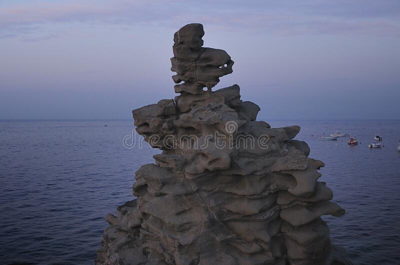 Ilhas dos Cyclops em Dawn Sicily Italy - terras comuns criativas pelo gnuckx fotografia de stock