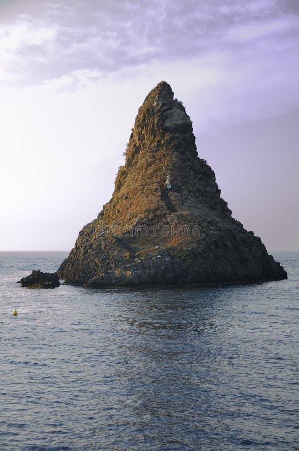 Ilhas dos Cyclops em Dawn Sicily Italy - terras comuns criativas pelo gnuckx foto de stock royalty free