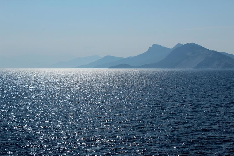 Ilhas e mar distantes de brilho imagens de stock