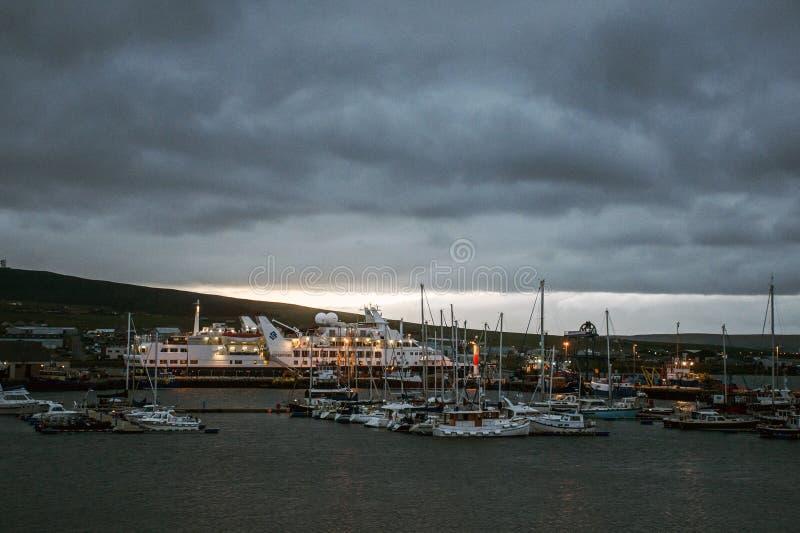 Ilhas Escócia BRITÂNICO 18 de Kirkwall Orkney do porto do barco do por do sol dos navios 05 2016 fotos de stock