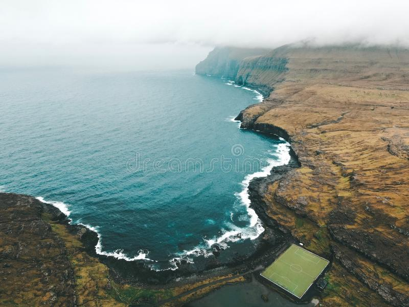 Ilhas Faroé - estádio de Eidi em Eysturoy fotografia de stock royalty free