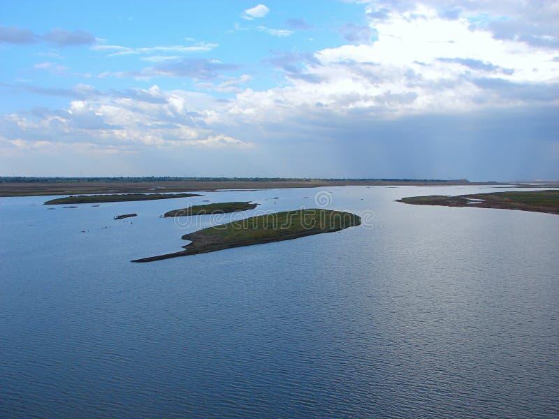 Ilhas pequenas no rio Krishna, Karnataka, Índia imagens de stock royalty free