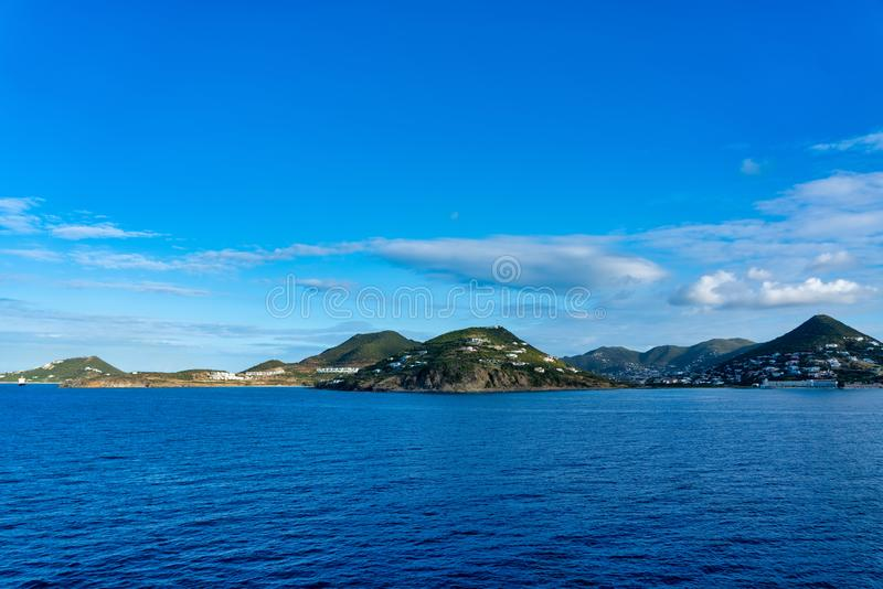 Ilhas vistas do navio no mar fotografia de stock royalty free