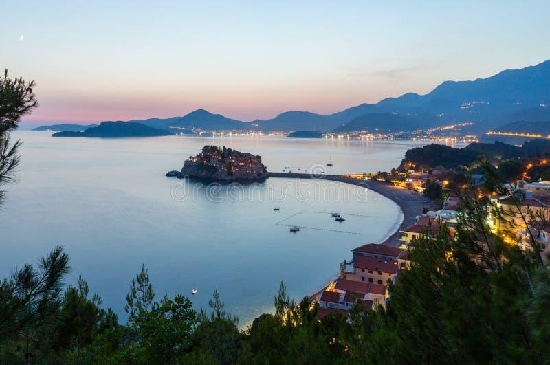 Ilhota do mar de Sveti Stefan da noite (Montenegro) imagem de stock