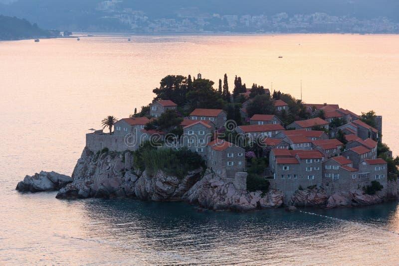 Ilhota do mar do por do sol e do Sveti Stefan (Montenegro) imagens de stock