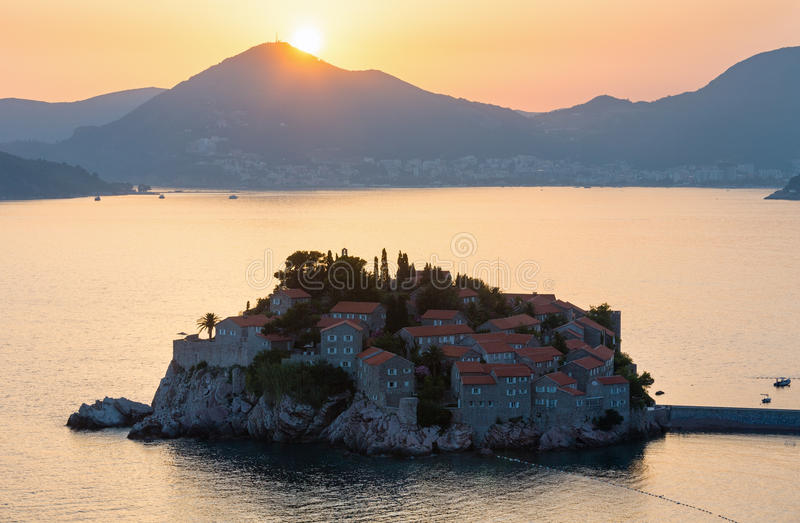 Ilhota do mar do por do sol e do Sveti Stefan (Montenegro) foto de stock