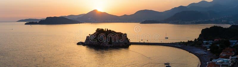 Ilhota do mar do por do sol e do Sveti Stefan (Montenegro) fotos de stock royalty free