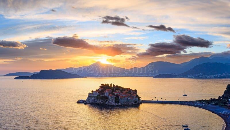 Ilhota Montenegro do mar do por do sol e do Sveti Stefan foto de stock royalty free