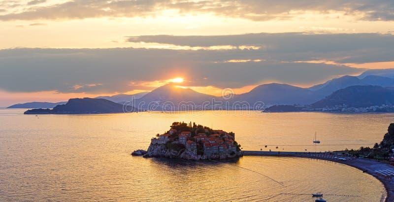 Ilhota Montenegro do mar do por do sol e do Sveti Stefan imagem de stock