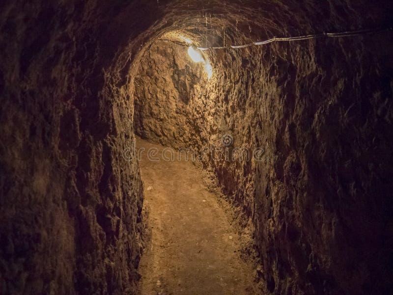 Illavarslande läskig tunnel till en vinkällare arkivfoton
