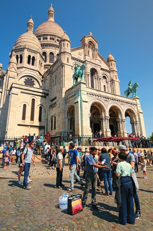 Illegaler Handel in Paris Ein Mann verkauft illegal kaltes Mineralwasser an Touristen nahe berühmter Basilika Sacre Coeur am sonn stockbild