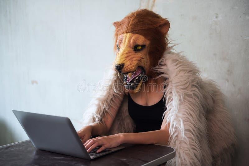 Illegales Geschäft über Internet durch Löwemaskenfrau lizenzfreies stockfoto