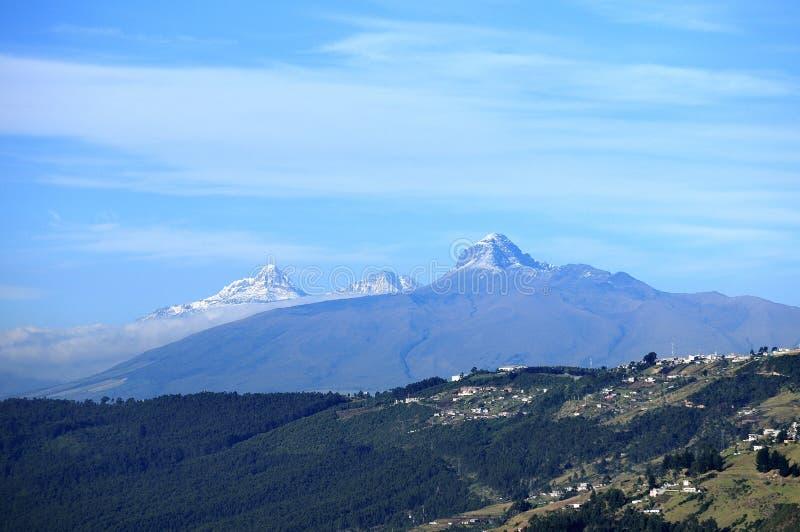 Illiniza en de vulkaan van Gr Corazón in een typische de zomerochtend royalty-vrije stock foto