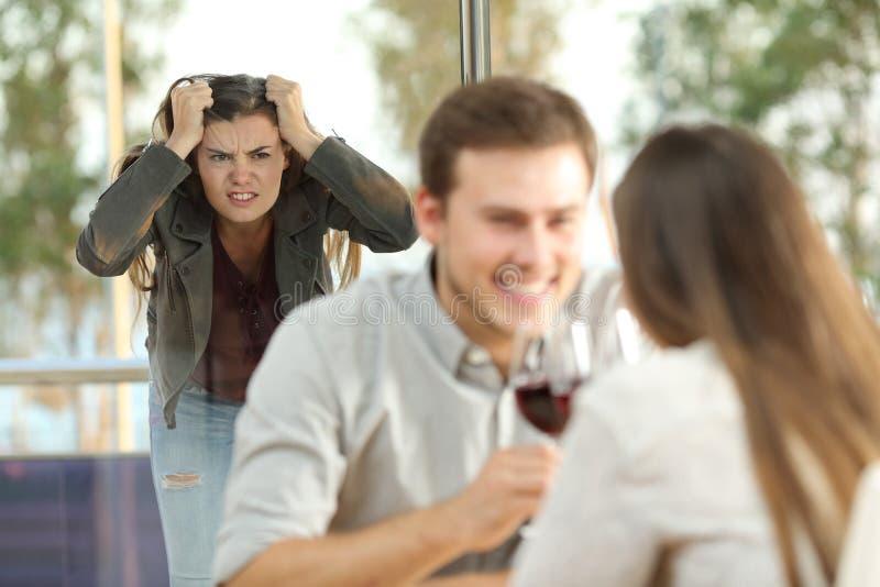 Illojal pojkvän som fångas av hans ilskna flickvän arkivfoton