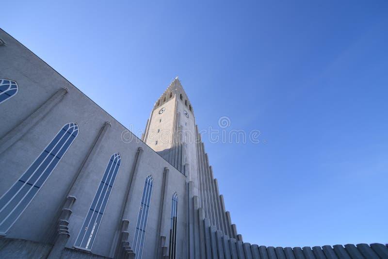 Illumi iconico della cattedrale della chiesa dell'Islanda Reykjavik Hallgrimskirkja fotografia stock libera da diritti